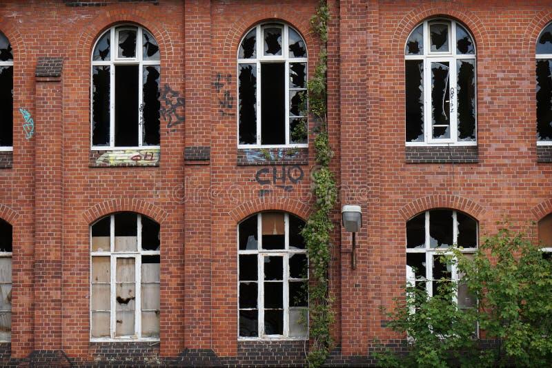 与残破的窗口的遗弃门面 库存照片
