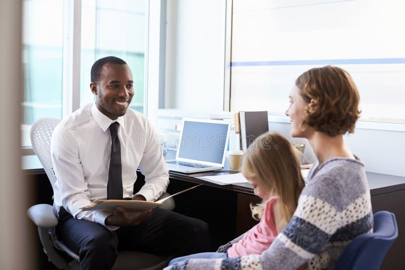 与母亲和孩子的儿科医生会谈在医院 库存图片