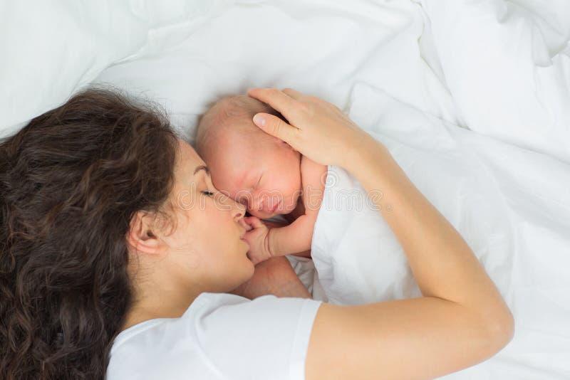 与母亲的新出生的睡眠 免版税库存照片