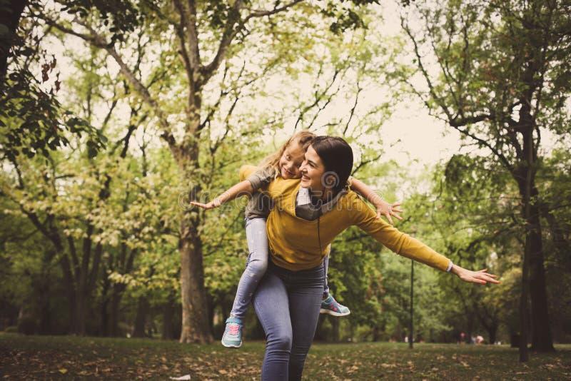 与母亲的飞行扛在肩上 免版税图库摄影