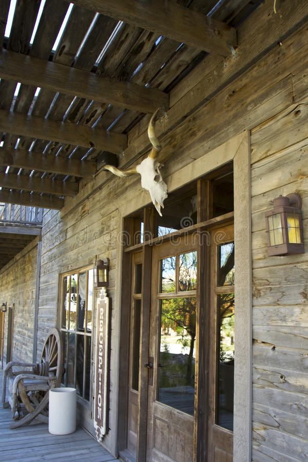 与母牛头骨的狂放的西部旅馆入口 免版税库存图片