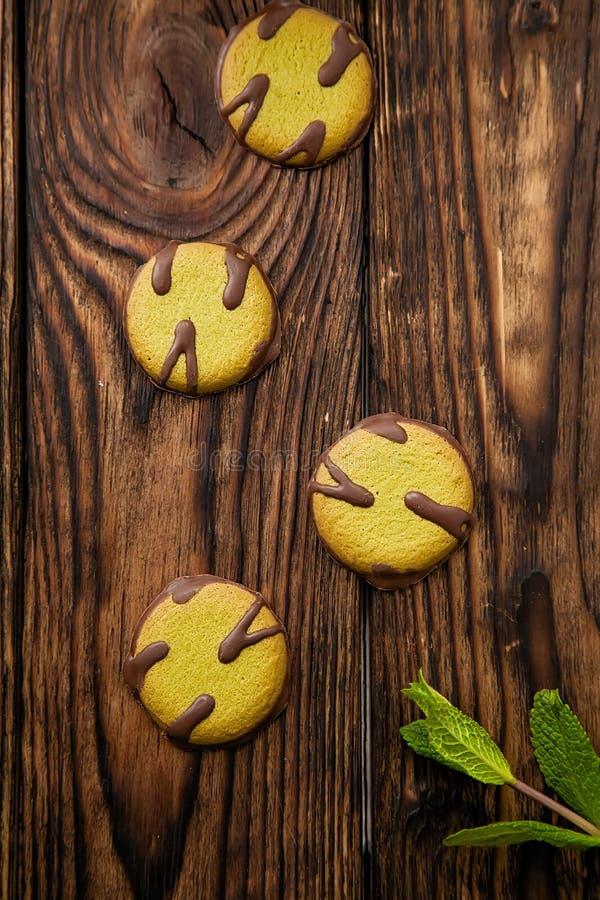 与比赛的圆的曲奇饼在木黑暗的背景 免版税库存照片