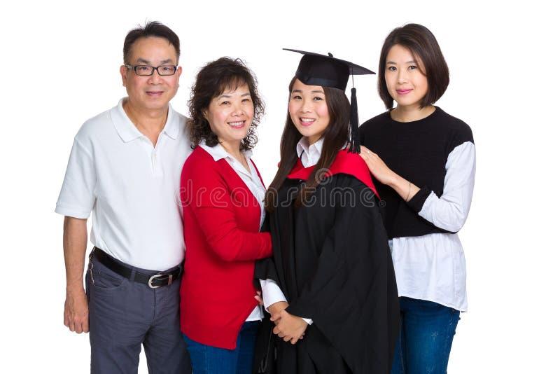 与毕业女孩的家庭画象 免版税库存照片