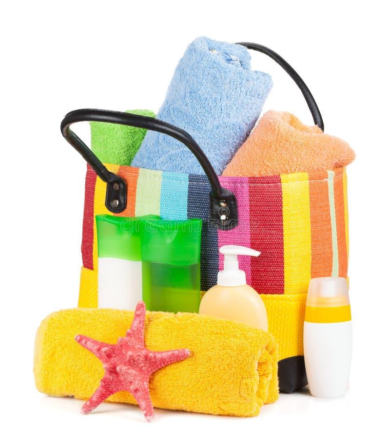 与毛巾和海滩项目的袋子 免版税库存照片