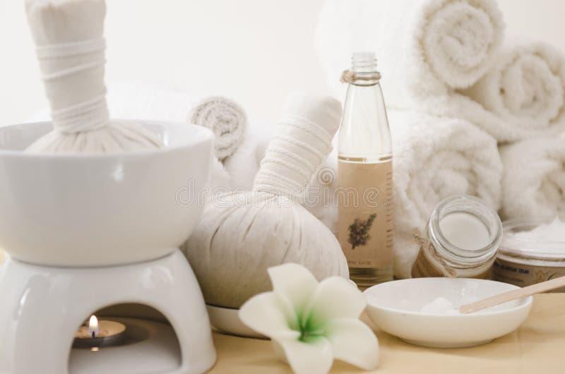 与毛巾的温泉治疗和草本提取乳脂 库存图片