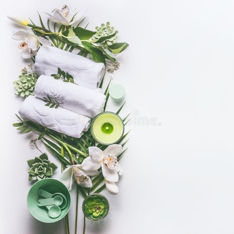 与毛巾的绿色温泉或健康背景,蜡烛,热带叶子,兰花开花,多汁植物 库存图片