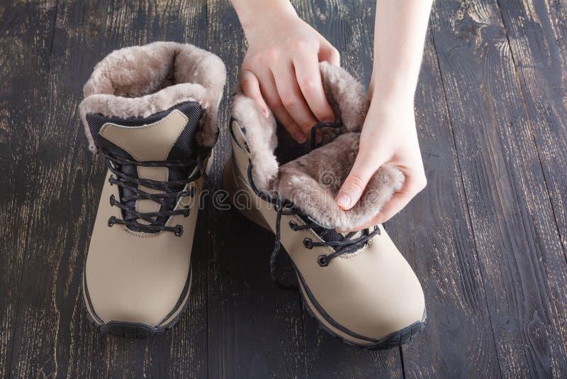 与毛皮的冬天女性起动在白色 免版税库存图片