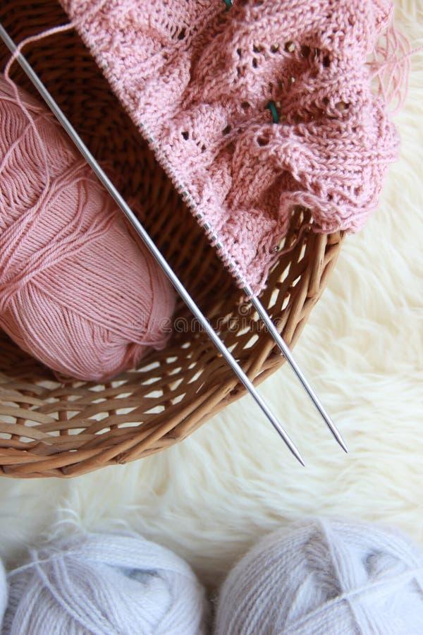 与毛线和螺纹球的编织针, 库存图片