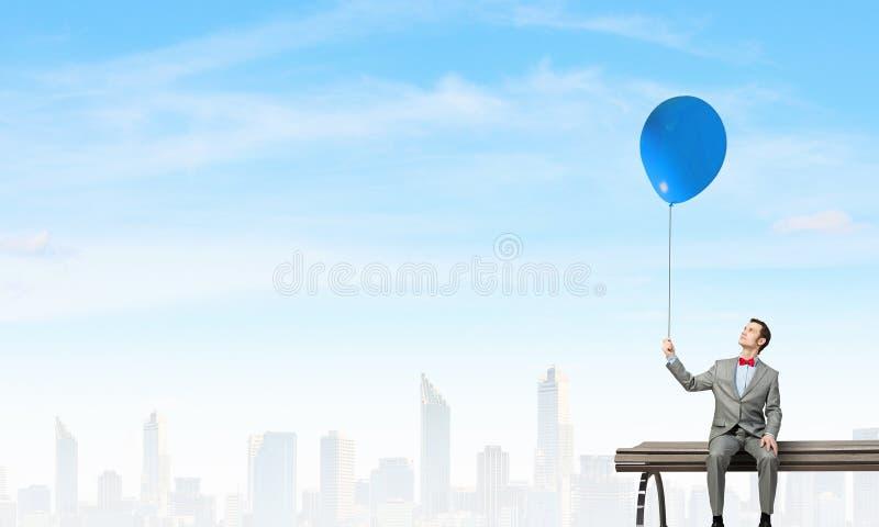 Download 与气球的商人 库存图片. 图片 包括有 商业, 白种人, 总公司, 关系, 买卖人, 轻松, 长凳, 室外 - 59106101