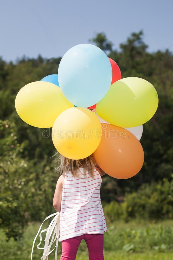与气球的小女孩戏剧 库存照片