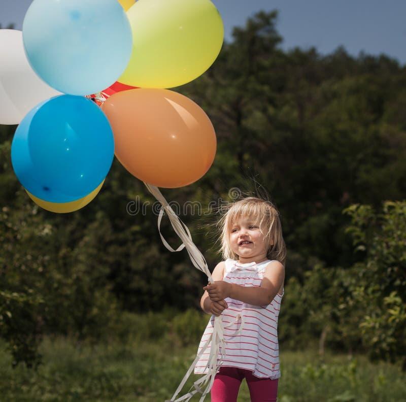 与气球的小女孩戏剧 免版税库存图片