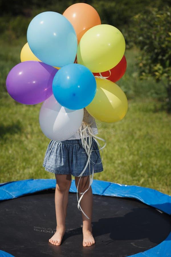 与气球的小女孩戏剧 库存图片