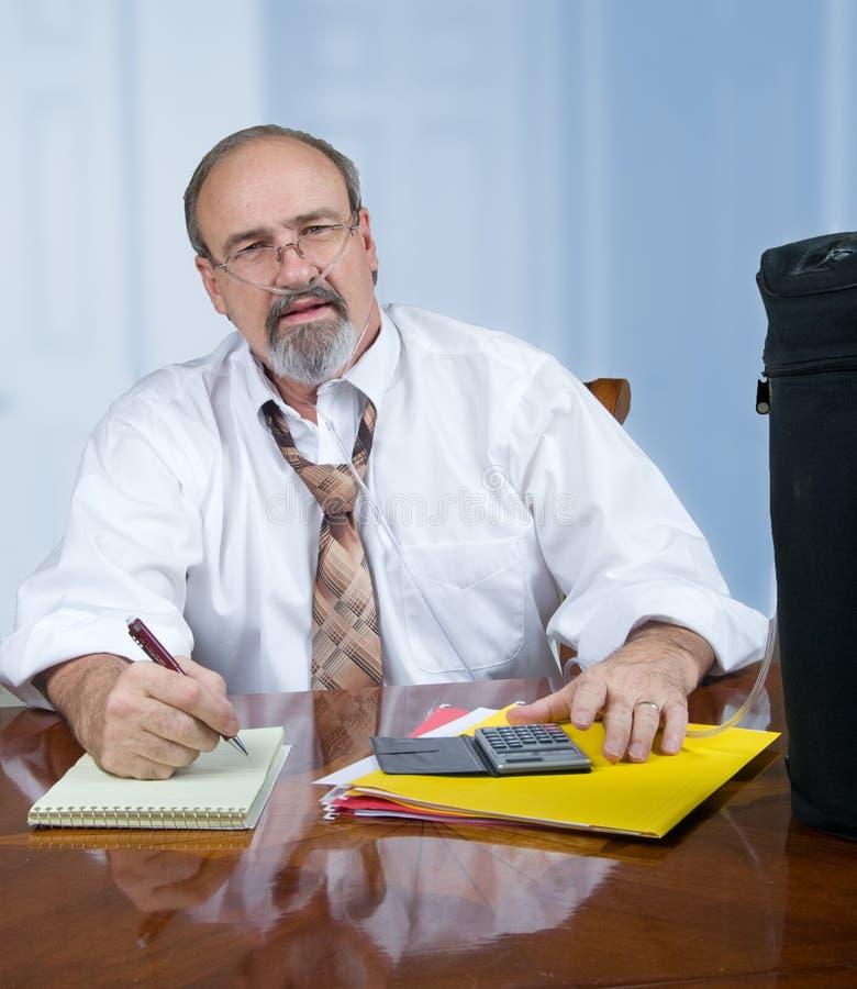 与气肿的成年男性在工作 免版税库存图片