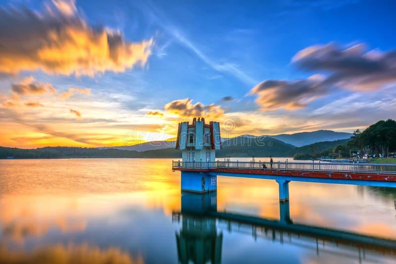 与氢云彩的建筑秀丽日落带领集中稀奇的塔 库存图片