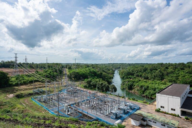 与氢结合的电水坝的鸟瞰图 可选择能源水坝-在天空蔚蓝云彩和绿色森林的水力发电的驻地 免版税图库摄影