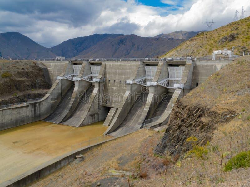 与氢结合的发电具体水坝溢洪道门 图库摄影
