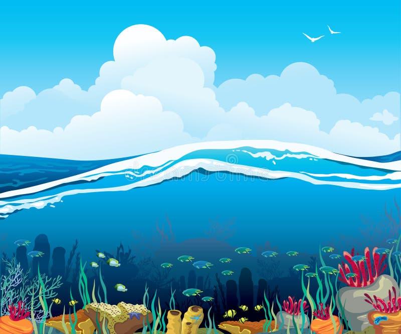 与水下的生物和多云天空的海景 皇族释放例证