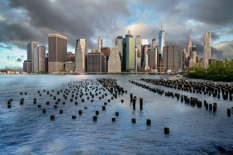 与水定向塔和云彩的纽约地平线 库存图片