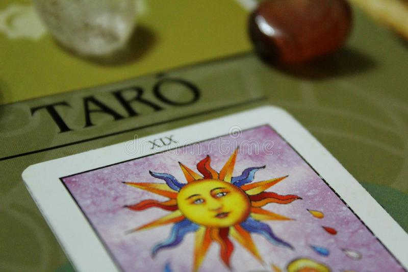 与水晶的占卜用的纸牌-神秘的对象的构成 免版税库存照片