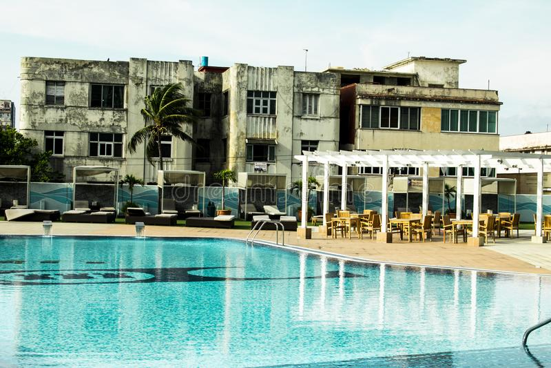 与水池的5个星旅馆对比哈瓦那房子的,手段和大阳台 库存图片