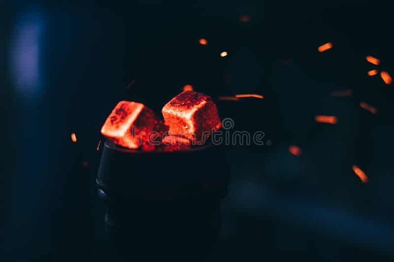 与水烟筒的热的红色煤炭在Shisha抽烟和传统亚洲放松的金属碗发火花 免版税库存图片