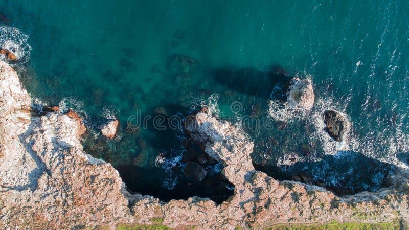 与水的一种美妙的鲜绿色颜色的海岸 库存照片