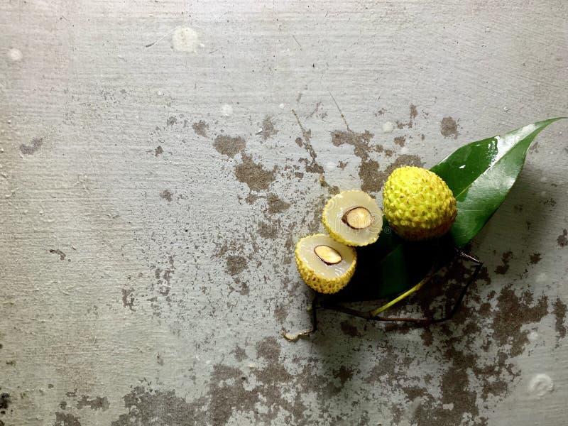 与水绿色事假和滴的Lychee切片在土气背景的与拷贝空间 r 免版税库存图片