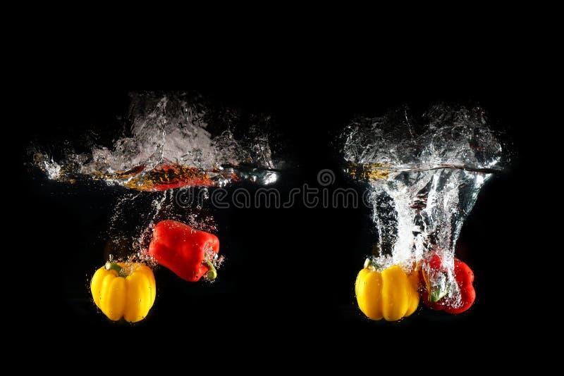 与水飞溅的新鲜的黄色,红色被隔绝的甜椒和泡影 小组健康拷贝空间辣椒粉  色的辣椒粉 免版税图库摄影