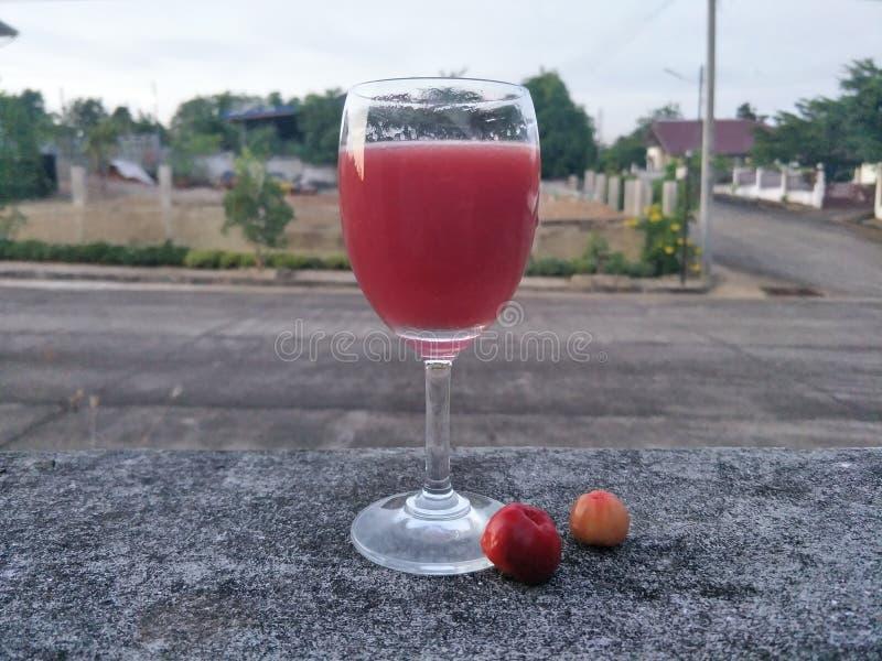 与汁液、苏打或者其他成份,但是没有酒精混合的Mocktail A饮料,在好的杯通常服务樱桃 图库摄影