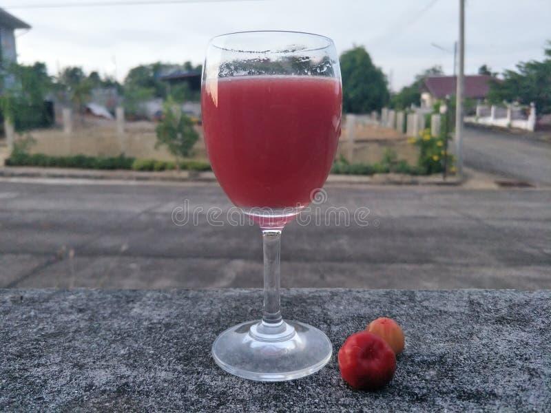 与汁液、苏打或者其他成份,但是没有酒精混合的Mocktail A饮料,在好的杯通常服务樱桃 库存照片