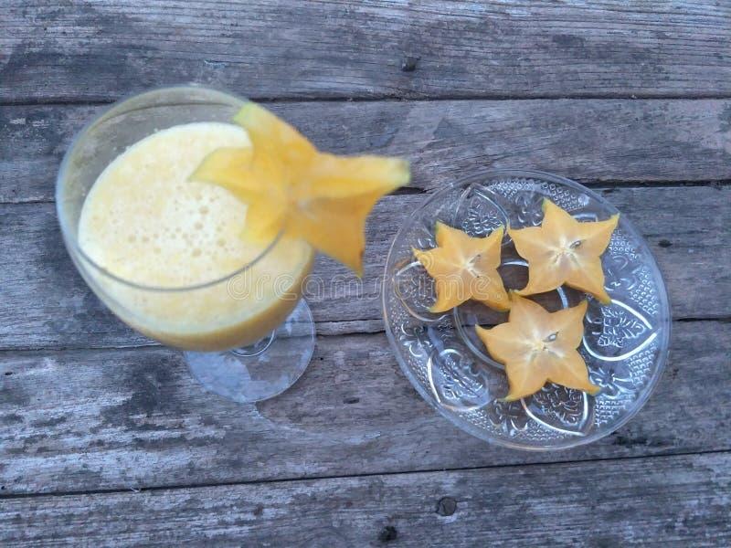 与汁液、苏打或者其他成份,但是没有酒精混合的Mocktail A饮料,在好的杯通常服务樱桃 免版税库存图片