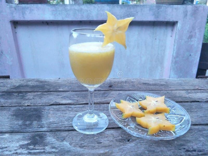 与汁液、苏打或者其他成份,但是没有酒精混合的Mocktail A饮料,在好的杯通常服务樱桃 免版税库存照片