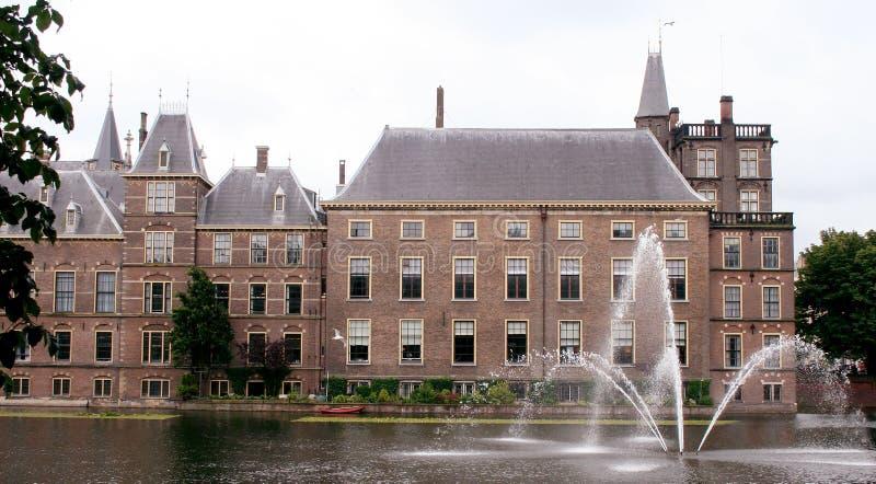 与池塘和喷泉的政府大厦 免版税库存照片