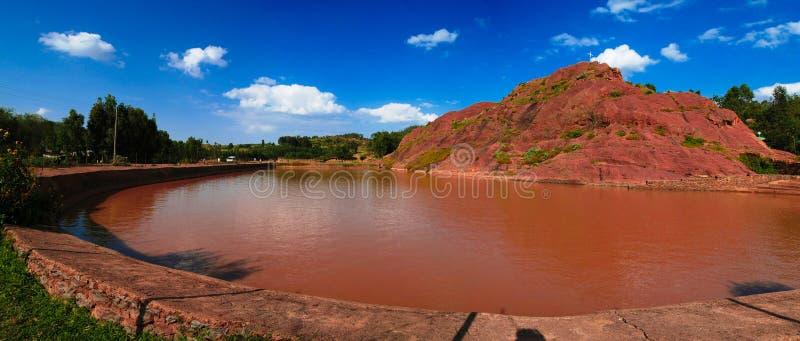 与池塘女王Sheba浴,阿克苏姆,埃塞俄比亚的亦称农村风景 免版税图库摄影