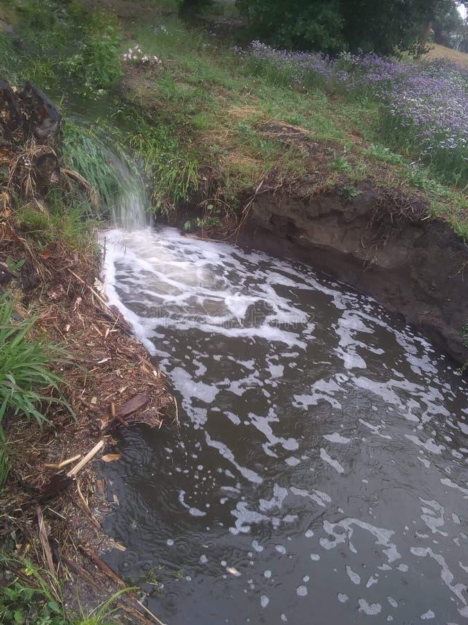 与池塘的微型瀑布 库存照片
