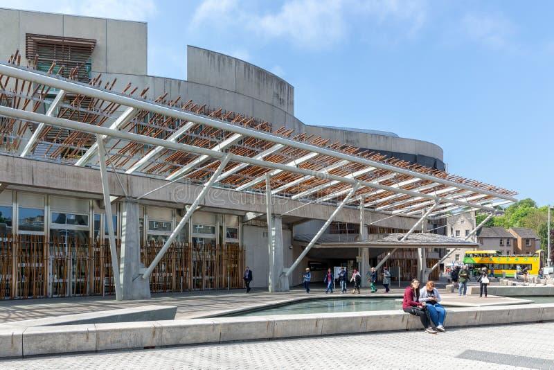 与池塘的正方形在修建爱丁堡的苏格兰议会前面 免版税图库摄影