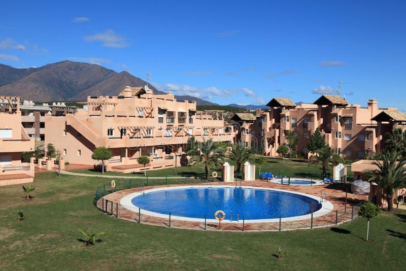 与池,西班牙的度假村 免版税库存照片