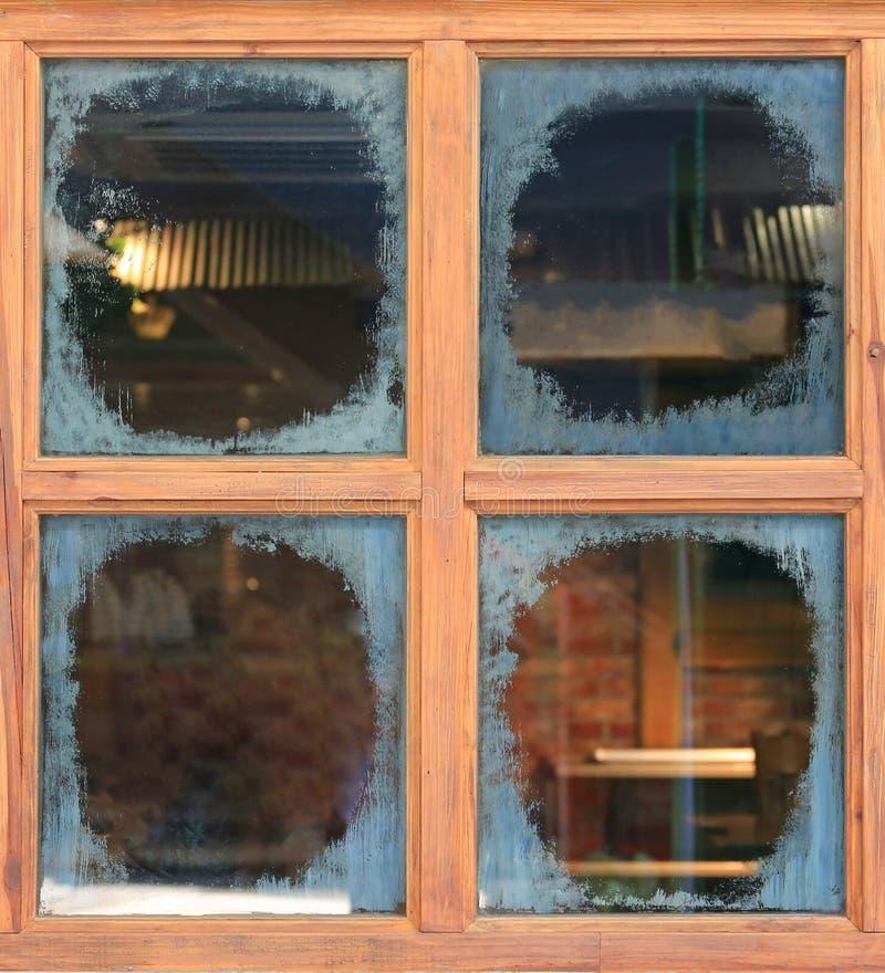 与污点的玻璃窗 库存图片