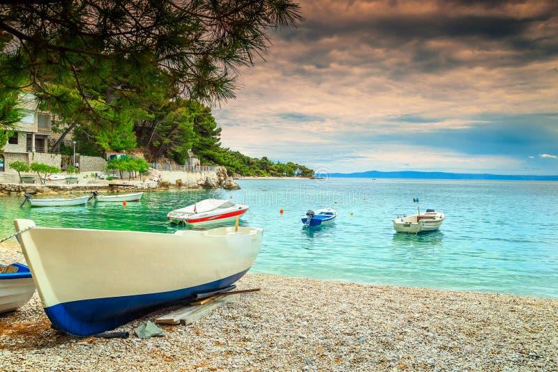 与汽艇的美妙的海湾, Brela,达尔马提亚地区,克罗地亚,欧洲 图库摄影