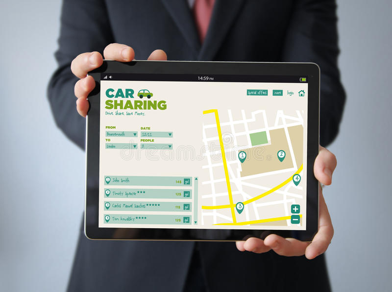 与汽车分享app的商人在片剂 免版税图库摄影