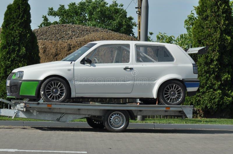与汽车的拖曳 免版税库存图片