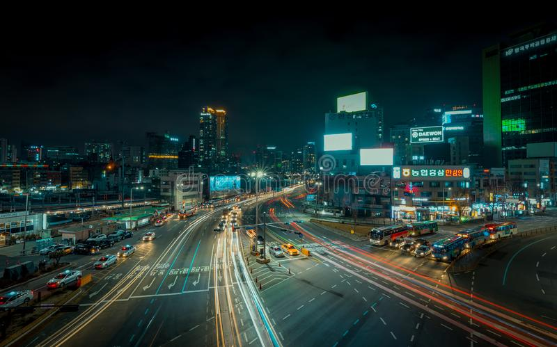 与汽车的汉城街道长的曝光 免版税库存照片