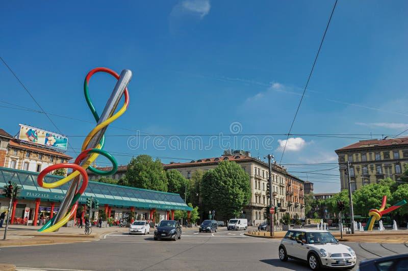 与汽车的街道视图,五颜六色的现代雕塑在米兰 库存图片