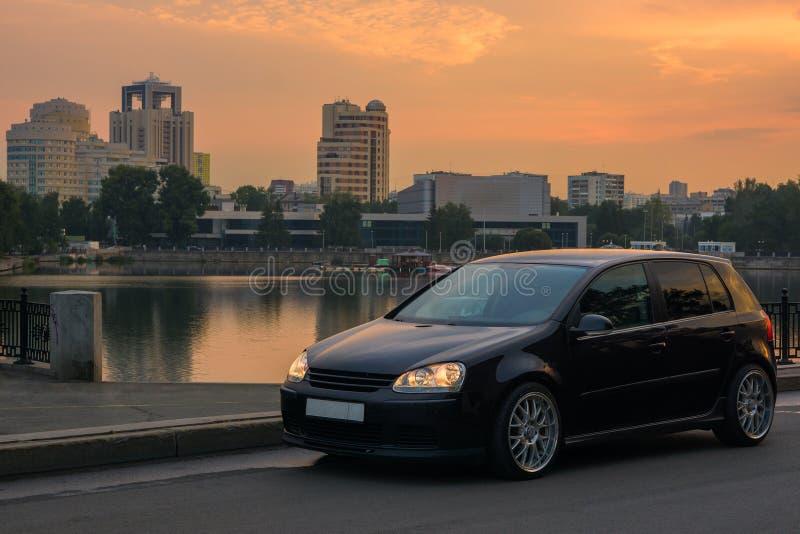 与汽车的都市风景 免版税库存图片