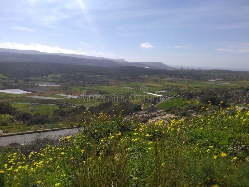 与汽车蜗牛的马耳他风景  库存照片