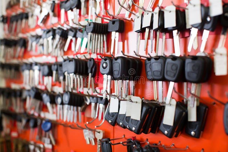 与汽车钥匙的锁匠立场在勾子 免版税库存图片