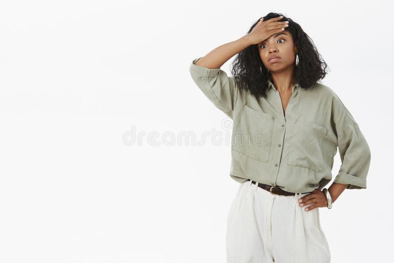 与沉默寡言的队的女孩疲乏的工作 画象哺养女衬衫的紧张的和被用尽的逗人喜爱的深色皮肤的女实业家和 免版税库存图片