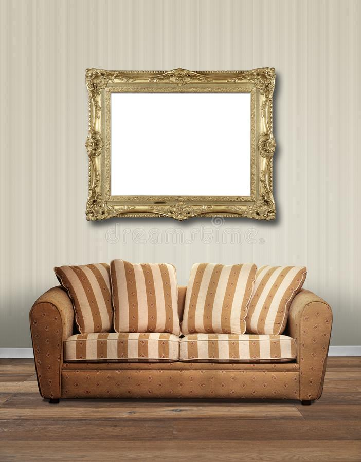 与沙发和老金黄葡萄酒框架的现代内部 库存照片