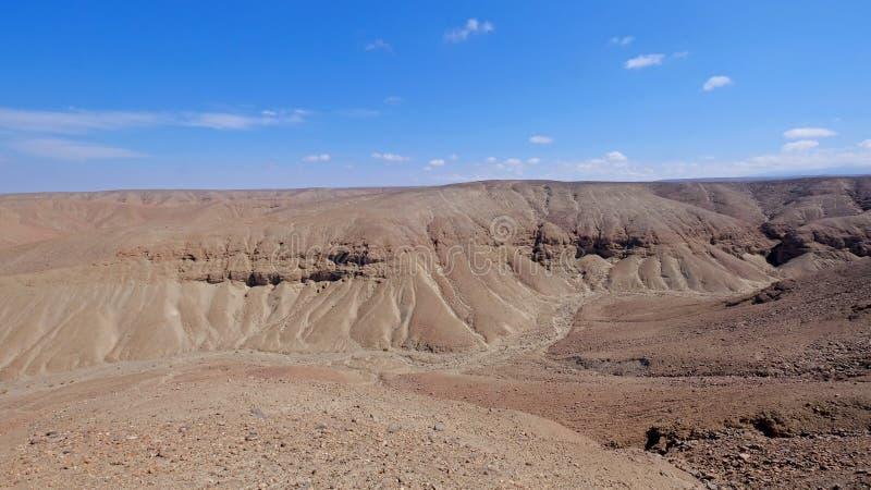 与沙子、沙丘和山,在Huara,智利附近的安地斯的阿塔卡马沙漠风景 库存照片