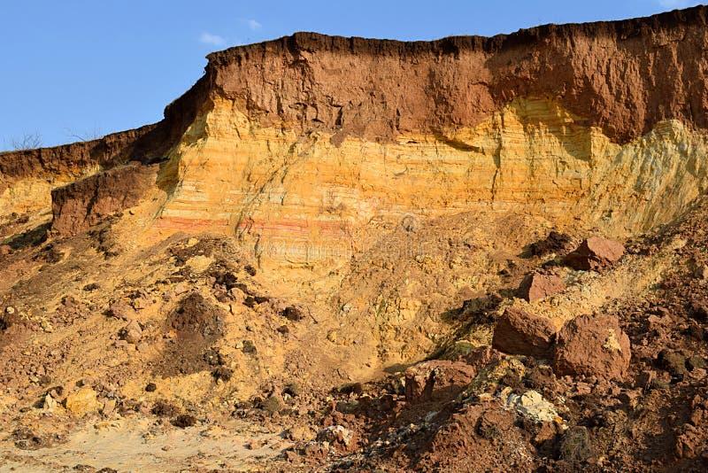 与沙子和黏土水平的层数的地质部分  免版税库存照片